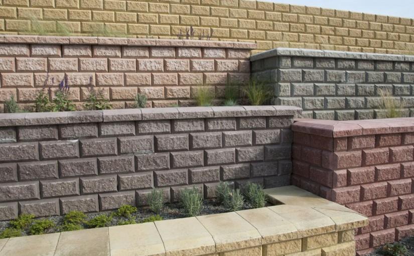Stavba betónového plotu